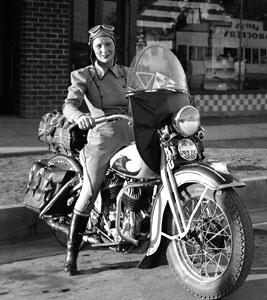 Vieilles photos (pour ceux qui aiment les anciennes photos de bikers ou autre......) - Page 3 Women-at-the-handlebars-30bc1c4